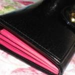 フルラの長財布。ビビッドピンクの裏地が差し色でステキ!