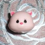 巨大な口でがっつり挟む!かわゆいピンクの癒し猫をご覧ください