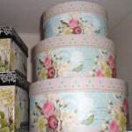 ピンクのバラ柄のギフトBOXを飾るだけで、ハッピーオーラ満点
