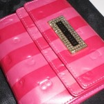 セシルマクビー三つ折り財布。赤×ピンクのストライプでお目立ち♪
