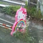 工事現場で金属の棒をささえてるアレが、ピンクのキティちゃん!?