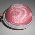 亀の甲羅みたいでカワイイ♪100均ピンクのイヤホンケース