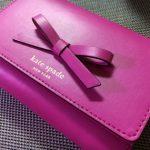 ケイトスペードのフューシャピンク三つ折り財布と年齢の兼ね合い